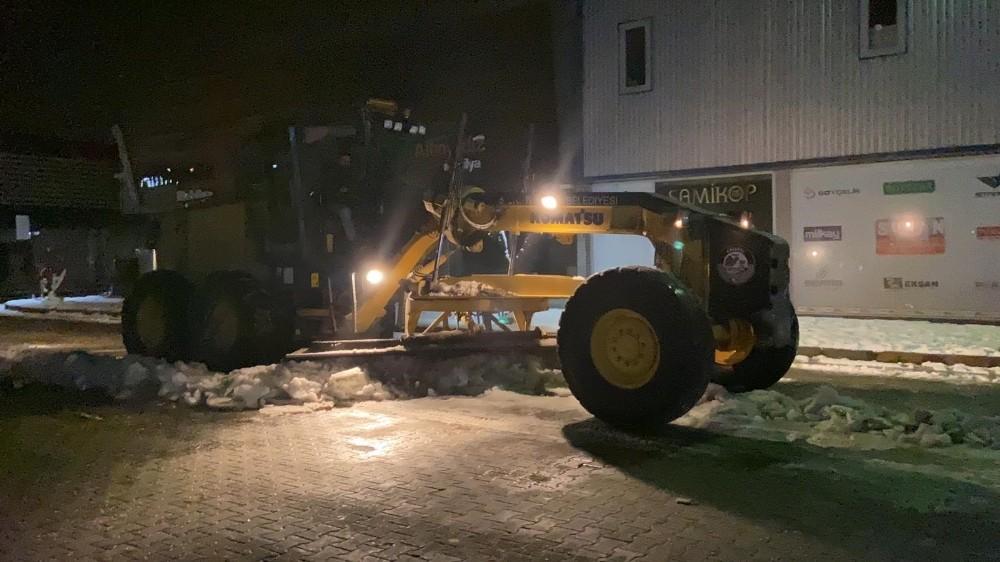 Serdivan'da karla mücadele sürüyor
