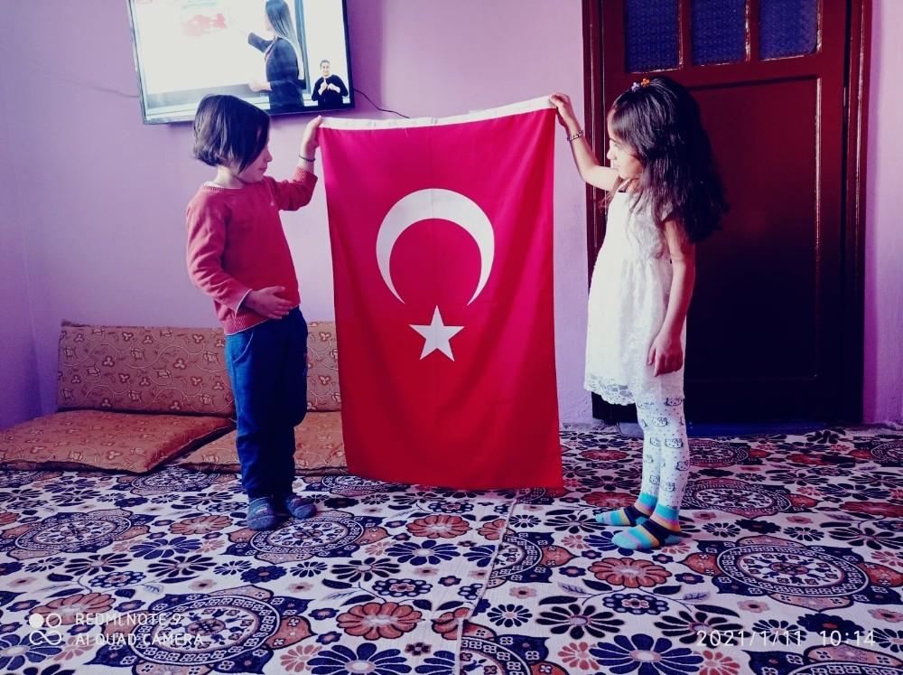 Siirt'te köy öğrencileri bayrak töreni eşliğinde İstiklal Marşını okudu
