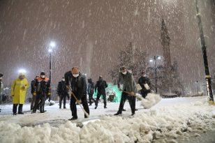 Sivas Valisi ve Belediye Başkanı tarihi kent meydanında kar küredi