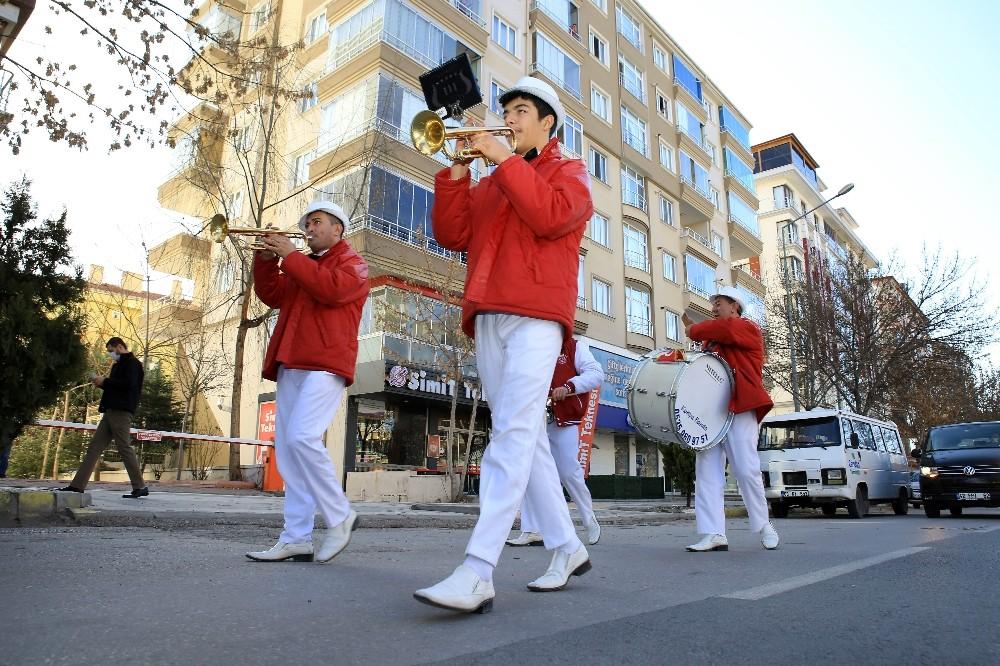 Sokağa çıkma kısıtlamasında Aksaray'da bando konseri
