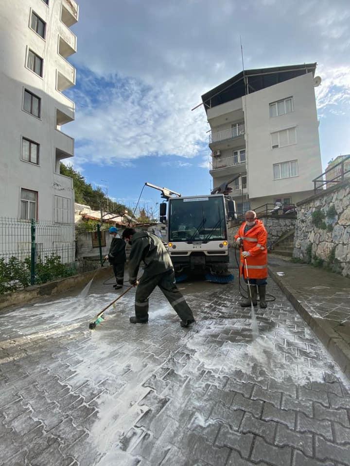 Sokağa çıkma kısıtlamasında Kuşadası sokakları baştan sona köpüklü suyla yıkandı