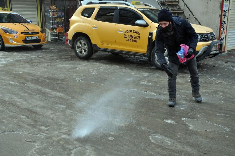 Taksiciden yol tuzlama çalışması