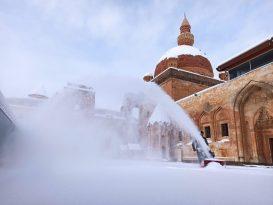 Tarihi İshak Paşa Sarayında Kar Temizliği