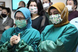 Ünlülerden sağlık çalışanlarına yeni yıl sürprizi