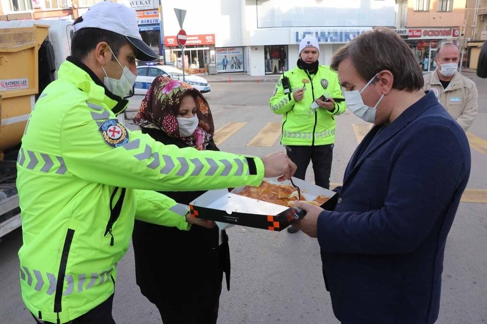 Vali Aydoğdu'dan polislere börek ikramı