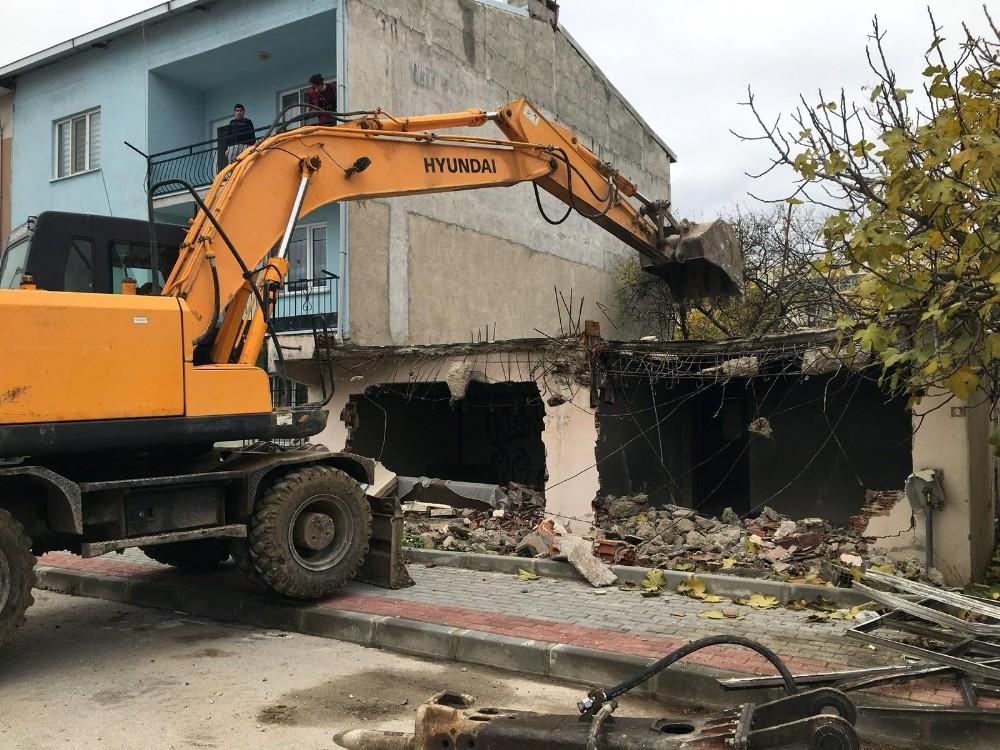 Vatandaşların güvenliği için metruk binalar yıkılıyor
