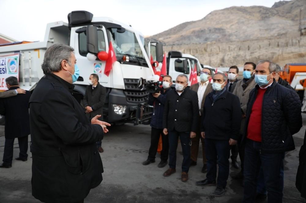 Yeni hizmet araçları meclis üyelerine tanıtıldı