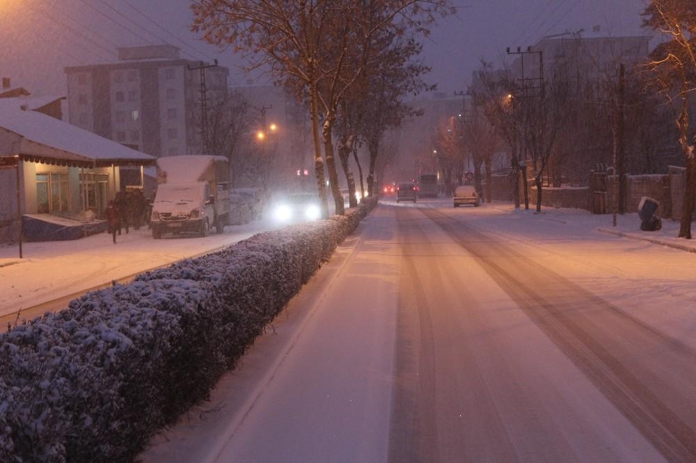 Yoğun kar yağışı ulaşımı olumsuz etkiledi