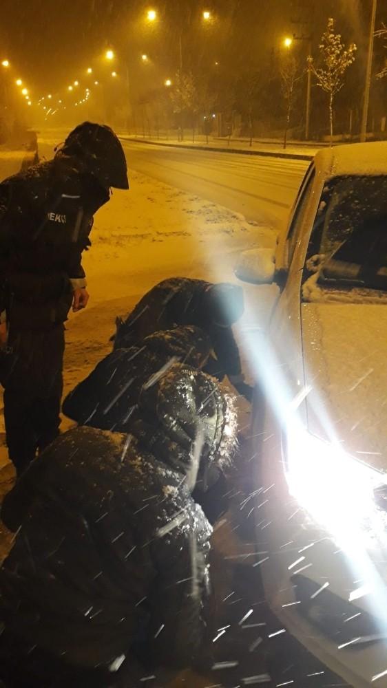 Yolda kalan sürücünün yardımına polis yetişti