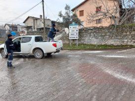 Yunusemre'de buzlanan yollarda tuzlama çalışması
