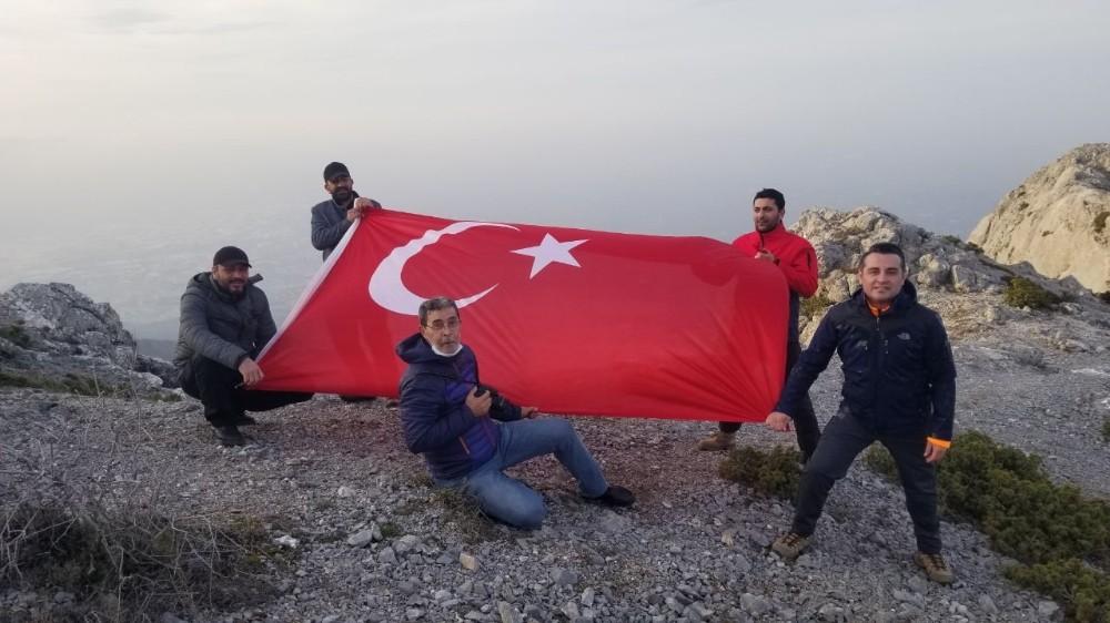 Zirveye tırmanan gazeteci ve idareciler hava muhalefetine takıldı