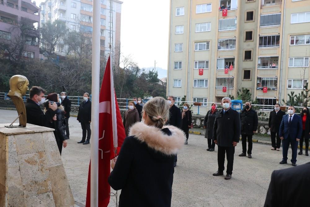 Zonguldak'ta bayrak töreni, minikler heyecanı balkonlarda yaşadı